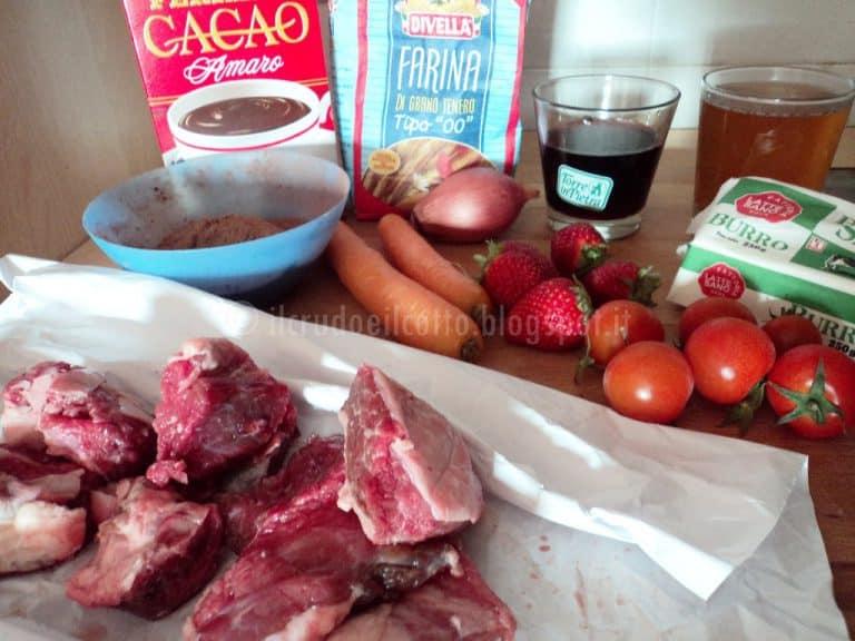 Bocconcini di manzo con salsa al cacao e fragole e pomodorini pachino