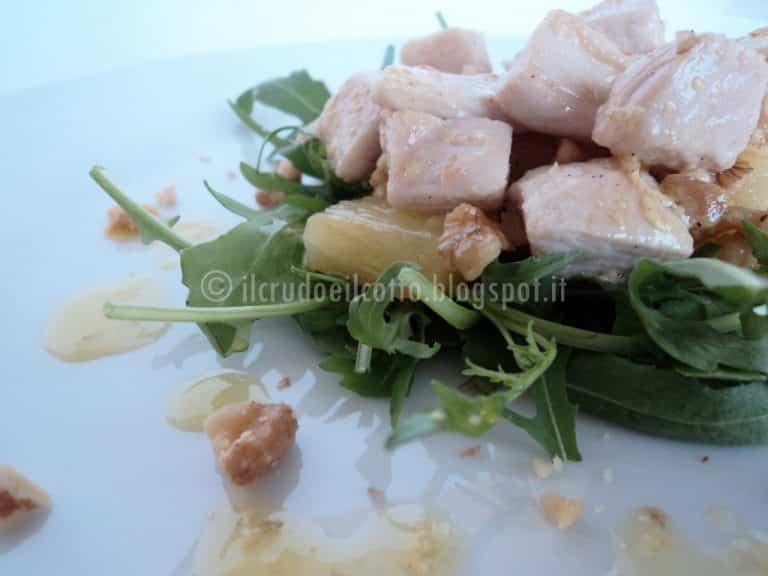 Insalata di pollo, noci ed ananas con salsa alla senape