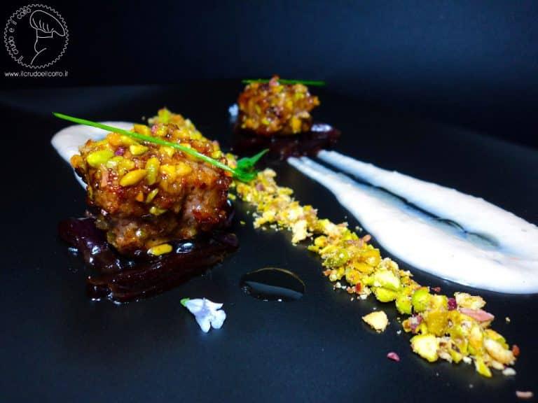 Filetto di maiale in panure di pistacchi con cipolle glassate e crema di fagioli