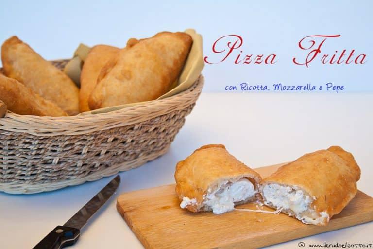 Pizza fritta con ricotta, mozzarella e pepe