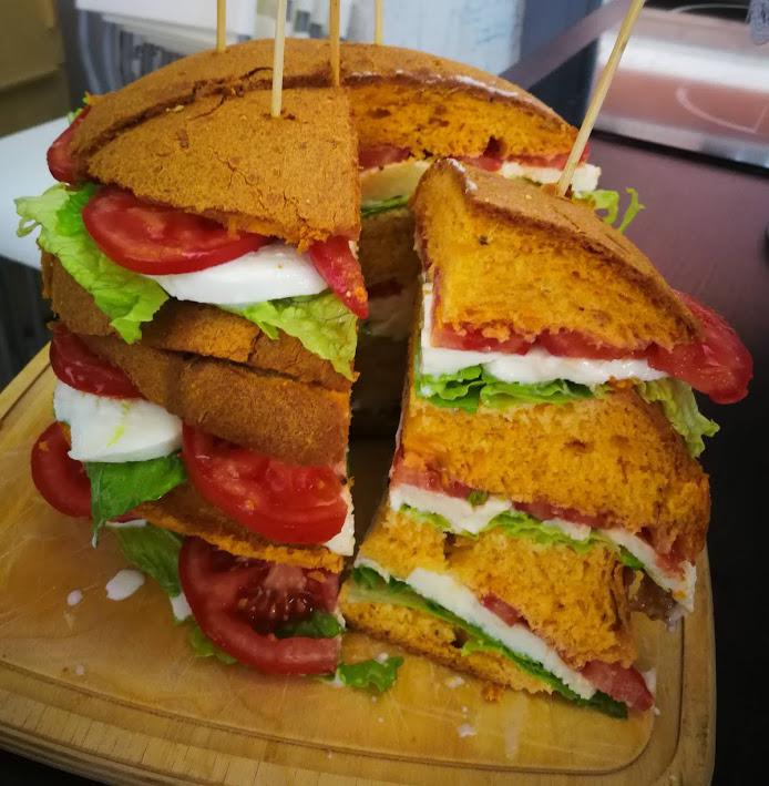 PanCaprese: Panettone salato al pomodoro e basilico